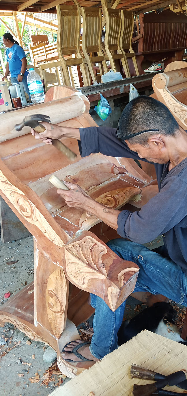 One of Handswork Furniture craftsman carefully chisels a pattern of design. Their designs are based on customer's preference. | Photo by Richard D. Meriveles